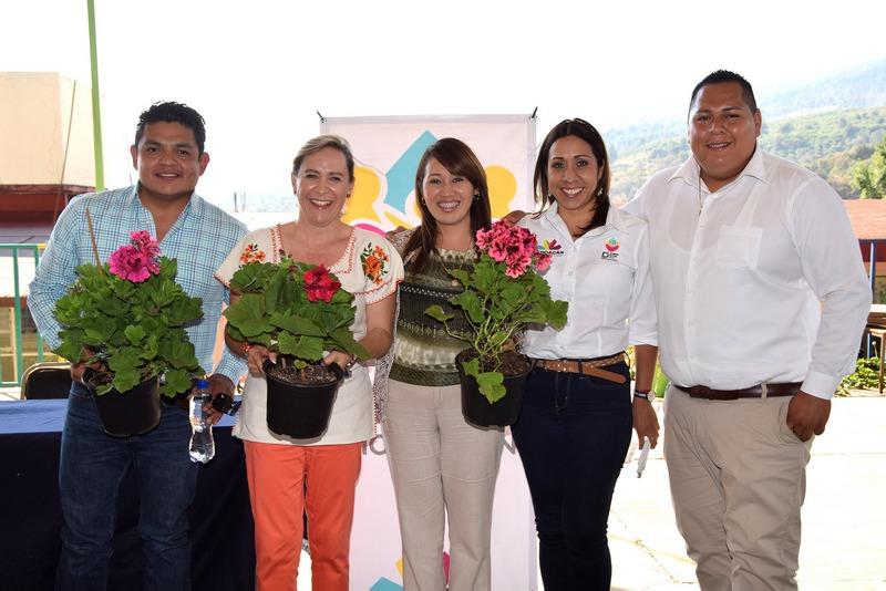 La Presidenta del DIF Municipal de Taretan, María Elena Dimas Vargas indicó que a pesar de su vulnerabilidad, el municipio cuenta con hombres y mujeres comprometidos con la educación de sus hijos