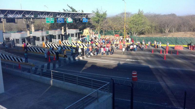 Los manifestantes piden cooperación a los automovilistas que deben cruzar la caseta con la advertencia de que de si no lo hacen, les negarán el acceso