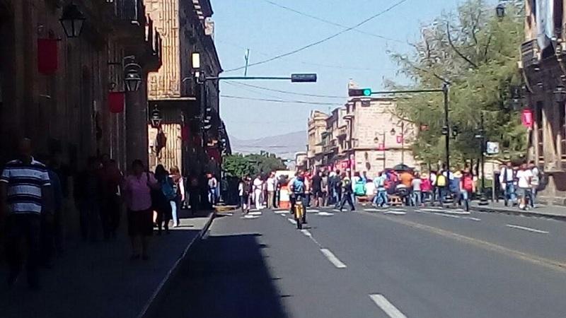 Como producto de este bloqueo se mantiene cerrada la Avenida Madero desde la calle Galeana hasta la calle Rayón, lo que provoca un severo caos vial en la zona del Centro Histórico
