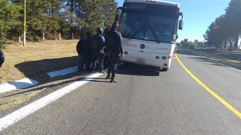 En el interior del vehículo de pasaje viajaban 38 personas del sexo masculino, quienes dijeron pertenecer a la comunidad de Arantepacua, municipio de Nahuatzen