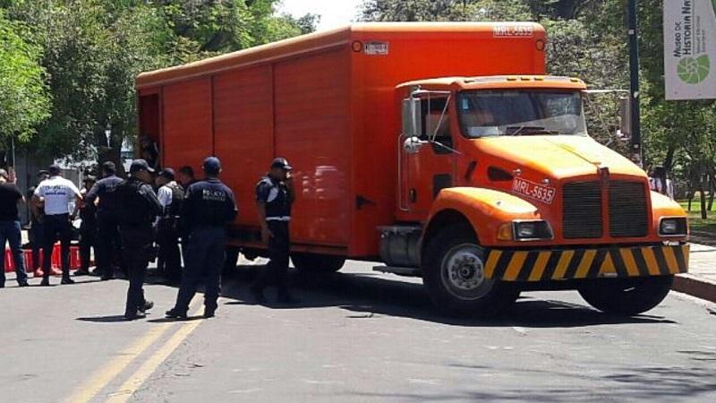 Tras la acción de los elementos de la Secretaría de Seguridad Pública (SSP) de Michoacán, la vialidad quedó libre y el camión robado fue recuperado, sin embargo no hay detenidos (FOTO: MARIO REBOLLAR)