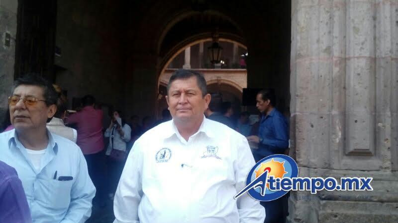 Mientras Maldonado Torres y su gente bloquean la calle Allende, frente a la Presidencia Municipal, en el interior del inmueble se registra también una manifestación de antorchistas (FOTO: MARIO REBOLLAR)