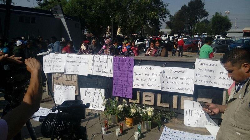Algunos de los manifestantes arribaron a Morelia en algunos de los vehículos que se han robado en los últimos días