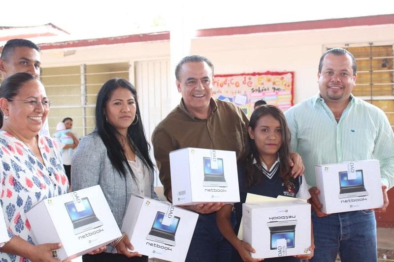 Con el programa Sigala por la Educación, explicó se benefician a estudiantes de Pátzcuaro, Tzintzuntzan, Tingüindín, Tingambato y Paracho, hasta el momento, no obstante, estas acciones se llevarán a los distintos municipios del estado y regiones