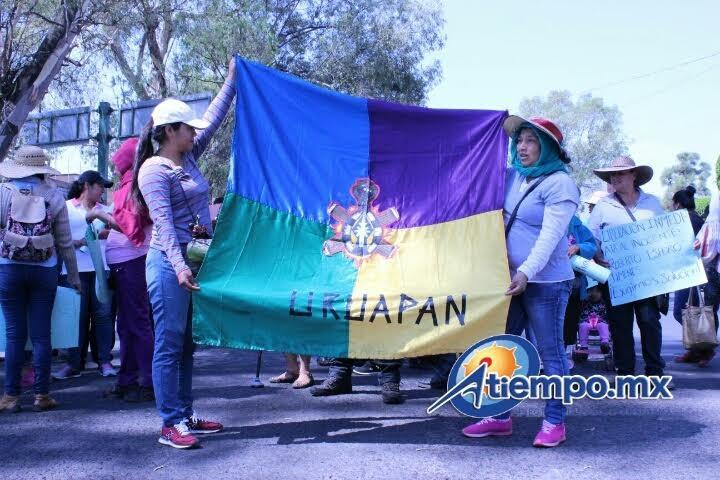 Durante su trayecto, los manifestantes gritaron consignas contra el gobierno y policías estatales, además de que mostraron mantas y pancartas con sus quejas y exigencias (FOTO: MARIO REBOLLAR)