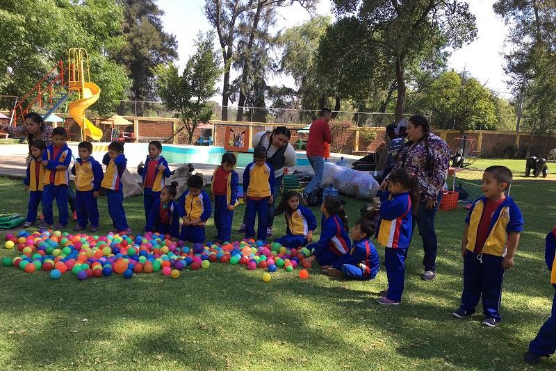 La directora general del DIF Michoacán, Rocío Beamonte, detalló que el objetivo de los campamentos es fomentar las relaciones socioafectivas entre alumnos y maestros, así como fortalecer las capacidades físicas, psíquicas y sociales a través de las actividades físico-recreativas que ahí se realizan