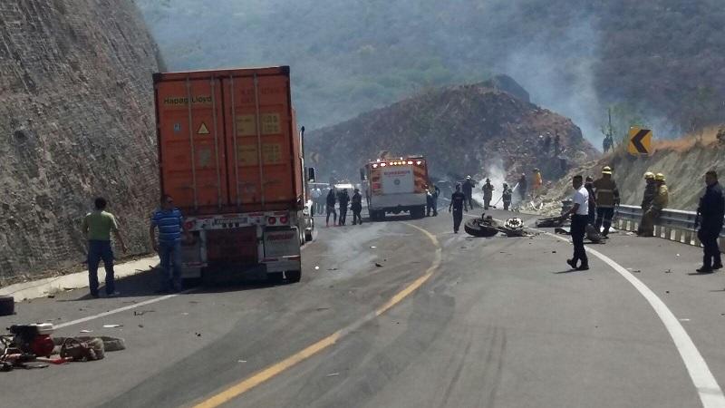 En el lugar el conductor de la camioneta quedó muerto, mientras que su acompañante, una mujer, resultó lesionada y rescatada por los cuerpos de auxilio