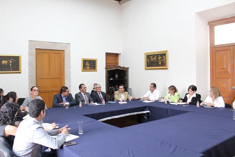 La mesa de trabajo fue encabezada por los secretarios de Gobierno y de Finanzas y Administración, Adrián López Solís y Carlos Maldonado Mendoza, respectivamente