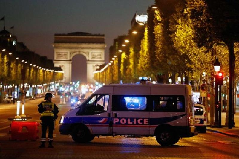 La oficina de lucha contra el terrorismo abrió una investigación sobre el tiroteo, dijo la fiscalía.  Una fuente policial dijo que el atacante era conocido por los servicios de seguridad.