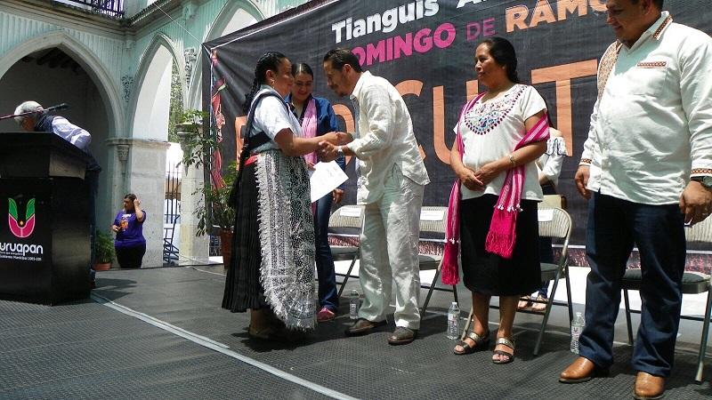 El alcalde uruapense felicitó a los siete contingentes ganadores del desfile de artesanos, y exhortó a toda la población a seguir visitando los diferentes atractivos turísticos que tiene este municipio durante todo el año