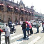 Hasta el momento los manifestantes no obstruyen la vialidad, pero ya comienzan a ocupar uno de los carriles (FOTO: FRANCISCO ALBERTO SOTOMAYOR)
