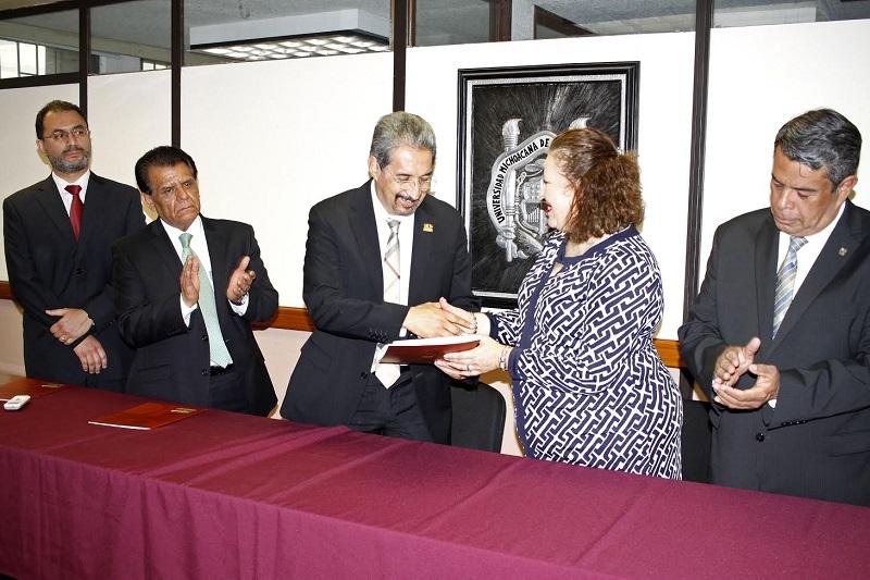 Además, Serna González ratificó a María Elena Heredia como coordinadora del Centro Nicolaita de Estudios Migratorios