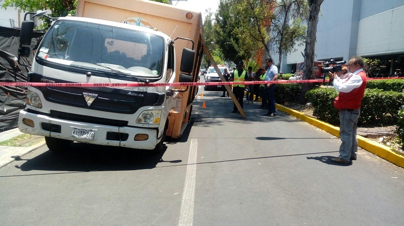 Tras el retiro del vehículo, personal del Organismo Operador de Agua Potable, Alcantarillado y Saneamiento (OOAPAS) arribó al lugar para reparar los daños