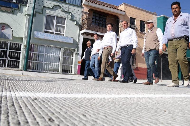 """""""En esta calle que es muy circulada no sólo se coloca concreto, sino que abajo se está poniendo una nueva red de agua potable y una red drenaje y también se puso un colector de aguas pluviales, de tal forma que aquí ya no van juntas las aguas de lluvia y drenaje"""", refirió Martínez Alcázar"""