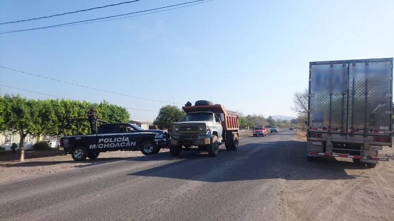 Con el bloqueo del acceso a la altura del puente El Letrero con un camión tipo Torton, civiles intentaron impedir el paso a las autoridades, pero en una rápida acción elementos de la Policía Michoacán desbloquearon la vialidad y recuperaron la unidad