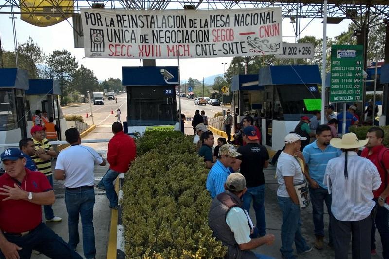 También hubo presencia de docentes en la Autopista Zitácuaro – Lengua de Vaca, en Carácuaro y Huetamo