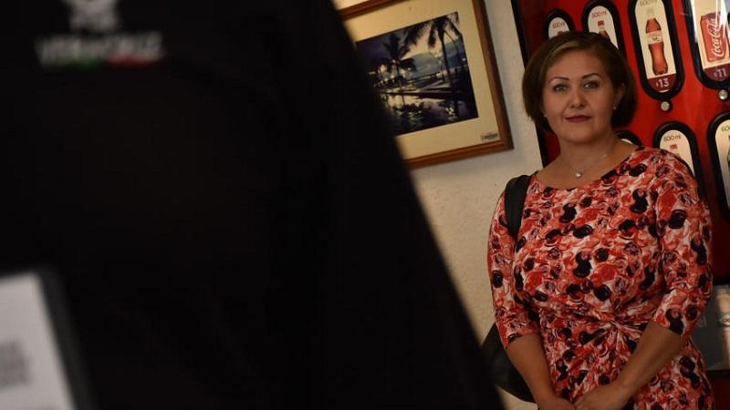 Este es el tercer video en el que Cadena aparece recibiendo dinero. En el primero recibe 500 mil pesos en efectivo de supuestos empresarios. En un segundo video, una mujer no identificada le entrega 500 mil pesos y 10 mil dólares para su campaña.