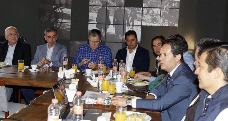 Durante el encuentro, el titular de la Sedeco desglosó los tres ejes rectores de las acciones que se impulsan en la dependencia: atracción de inversiones, desarrollo integral de Mipymes y proyectos estratégicos
