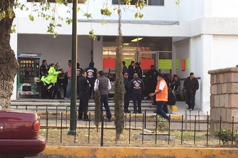 Pasadas las 7 de la mañana, algunos de los elementos colocaron cartulinas en las puertas de acceso a las oficinas mediante las cuales, le piden al Presidente Municipal que los apoye además de exigir un aumento salarial digno y que renuncie el actual coordinador, Eduardo Ramírez Canals