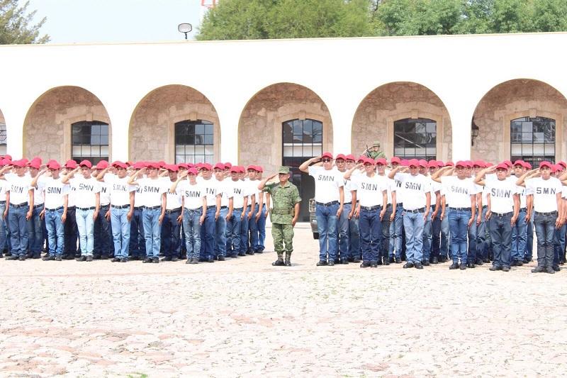 Víctor Eduardo Ruano Contreras, soldado del servicio militar, otorgó un reconocimiento a quienes han ofrecido su tiempo al servicio del país y del estado, y sobre todo, reconoció a las mujeres que han participado y han cobrado fuerza en el cuerpo de servicio