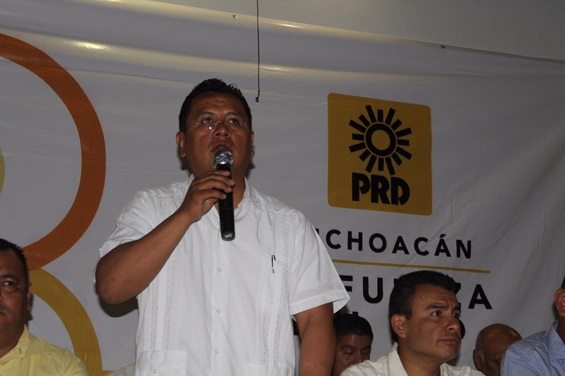 En Apatzingán se dieron cita los alcaldes de Buenavista Tomatlán, Lorenzo Barajas y Tepalcatepec, Aurelio Arreguin, el diputado Fidel Calderón, el ex alcalde Antonio Cruz Lucatero y liderazgos de la región