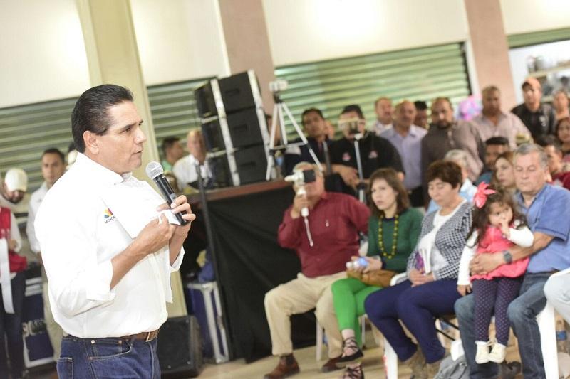 """Ante los locatarios de la Plaza del Antojo, el mandatario estatal refrendó su compromiso por trabajar incansablemente por Michoacán, pues dijo que """"el centro de nuestra preocupación es nuestra gente"""""""
