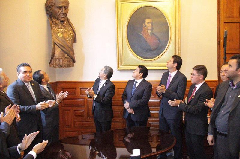 Alfonso Martínez, presenció la develación del busto del Padre de la Patria dentro del Colegio Primitivo de San Nicolás, el cual elaboró el maestro José Luis Padilla Retana, como resultado de la aportación de la comunidad universitaria