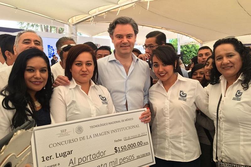 Como premio, los uruapenses recibieron un cheque por 150 mil pesos por parte del titular de la Secretaría de Educación Pública (SEP), Aurelio Nuño Mayer