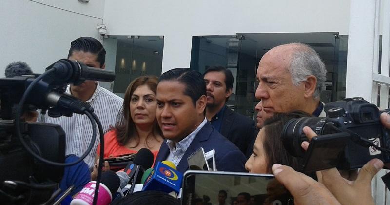 El diputado Daniel Moncada explicó que desde hace 15 días, el citado juez con sede en Uruapan, estaba obligado conforme a derecho a resolver, sí el exlíder de los grupos de autodefensa podía recibir medidas cautelares para salir bajo fianza y enfrentar el proceso jurídico en libertad (FOTO: NICOLÁS CASIMIRO)