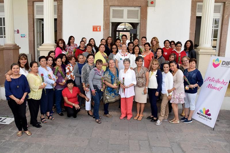 Se les entregó un detalle y se les agradeció su labor como madres y trabajadoras