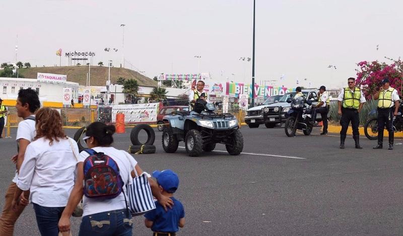 Los accesos viales también son vigilados por personal de Tránsito y Movilidad para agilizar el paso de los asistentes