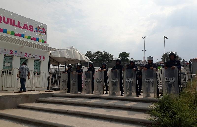 Durante la presentación del cantante michoacano efectivos policiales realizaron tareas para brindar la seguridad a los asistentes al recinto ferial