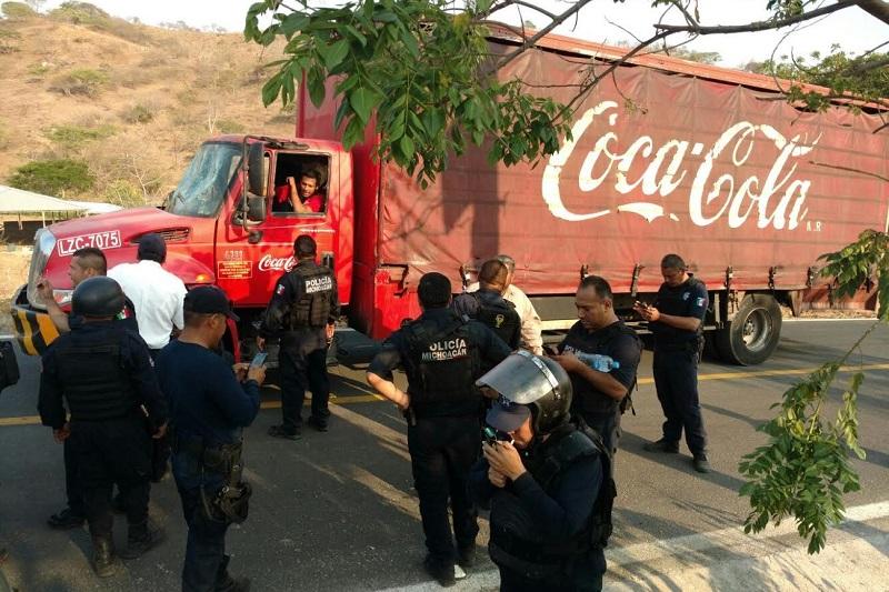 Después de un zafarrancho y con 8 normalistas detenidos, los supuestos estudiantes condicionan la entrega del camión de la empresa refresquera a cambio de la liberación de sus compañeros