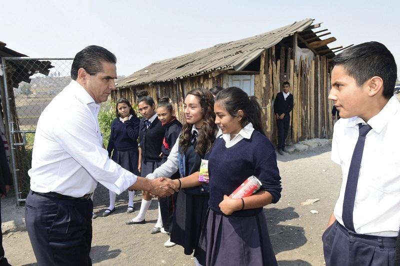 """Aureoles Conejo hizo una pausa en su gira de trabajo por La Aldea para conocer de manera personal las condiciones en que los jóvenes reciben enseñanza, """"no puede ser que en la capital de nuestro estado todavía tengamos escuelas de palitos"""""""