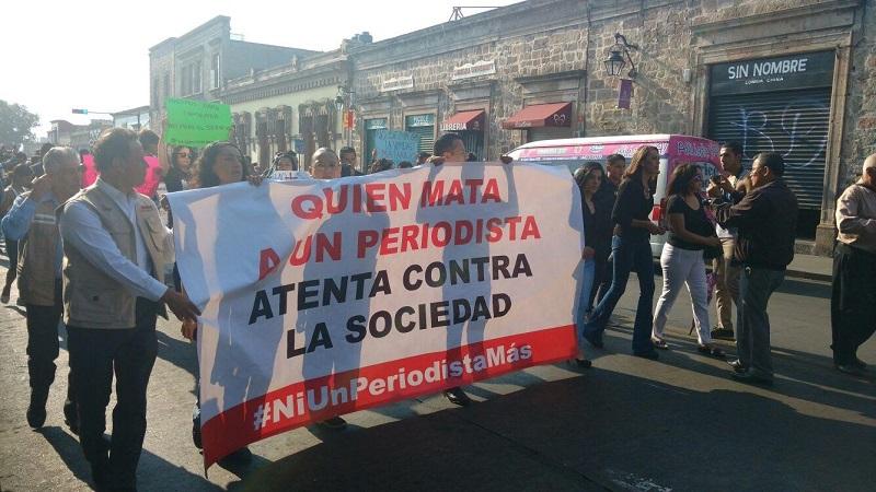 """Los manifestantes marcharon pacíficamente y mostraron una manta con la siguiente leyenda: """"Quien mata a un periodista atenta contra la sociedad. Ni un periodista más"""" (FOTO: FRANCISCO ALBERTO SOTOMAYOR)"""