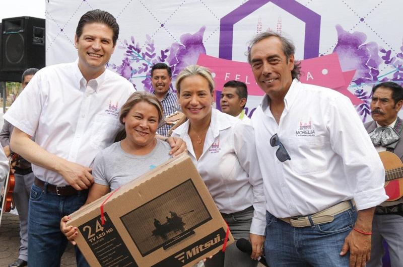 Martínez Alcázar convivió con las mamás presentes en un ambiente de fiesta y entregó algunos detalles a modo de reconocimiento por su importante labor que realizan en la sociedad