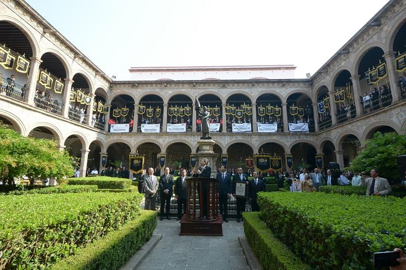 Con la medalla y reconocimiento en mano, el gobierno municipal y académicos realizaron el recorrido sobre la Avenida Madero que estuvo encabezado por la banda de guerra de la Universidad Michoacana