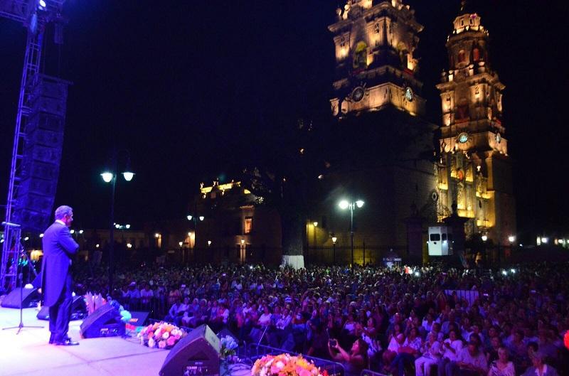 El primer cuadro del centro de la ciudad fue abarrotado por los morelianos que disfrutaron la sublime voz del gran intérprete