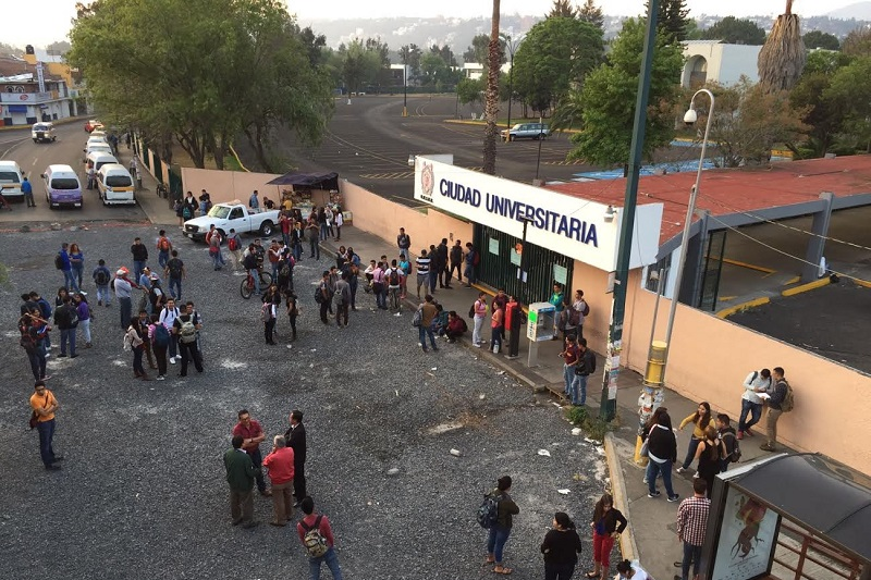 El rector Medardo Serna lamentó que la toma se diera al mismo tiempo que la Universidad Michoacana recibe la importante condecoración