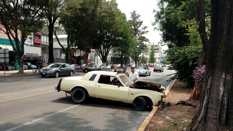 El conductor de un auto de modelo antiguo perdió el control de su unidad y se impactó contra el camellón de Avenida Camelinas