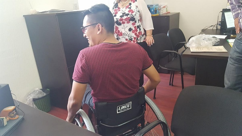 Como medida de ayuda le fue entregada una silla de ruedas que le permitirá mejorar su movilidad