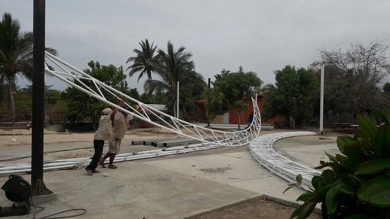 La estructura curva de acero de 828 metros cuadrados es colocada sobre el patio cívico del plantel educativo, cuya superficie mide 735 metros cuadrados, en beneficio de 50 alumnos de preescolar