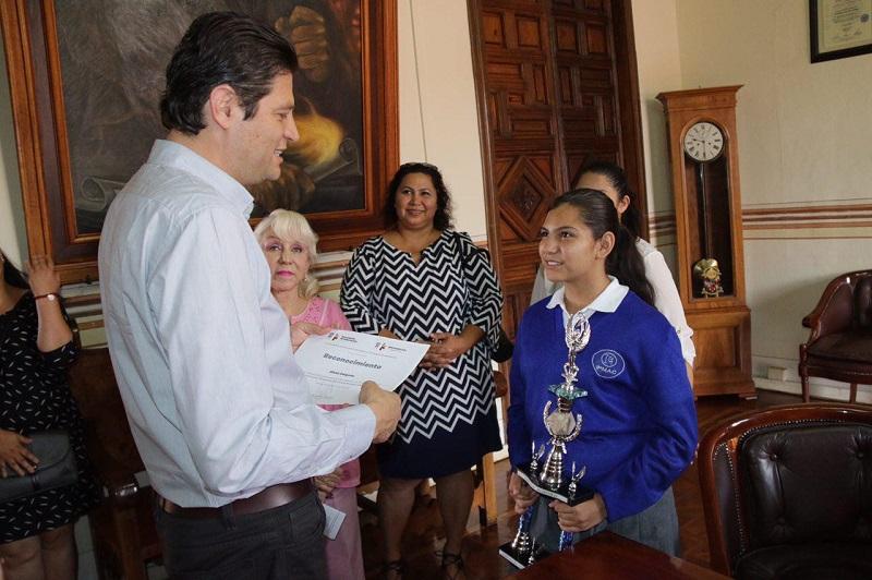 Martínez Alcázar manifestó que lo hecho por Alexa Delgado no sólo se deben a su inteligencia sino a su preparación, dedicación y disciplina que tanto en su entorno escolar y familiar le fueron inculcados y fomentados