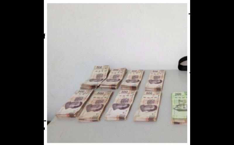 El dinero, vehículo y presuntos responsables fueron puestos a disposición de la autoridad correspondiente