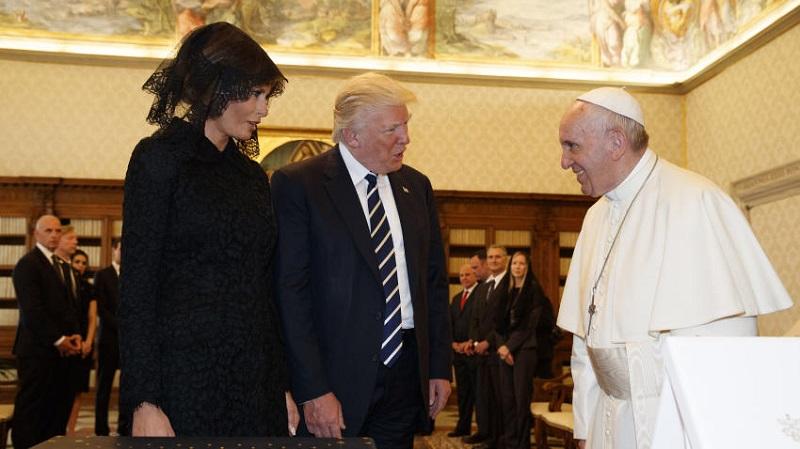"""Tras la reunión, el Pontífice le regaló a Trump el tradicional medallón del olivo que simboliza la paz, el mensaje que escribió para las jornadas mundiales de la paz de enero pasado """"firmado personalmente"""", según explicó Francisco, y sus tres libros"""