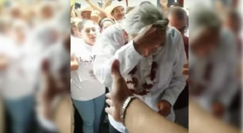 En un video que circula en redes, se ve cómo una mujer, que según fuentes de Morena es militante del PRI, lanza un huevo al líder partidista