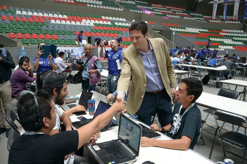 """Martínez Alcázar, indicó a través del Hackathon """"ganamos todos"""", tanto la administración al hacer más eficientes sus servicios; los estudiantes que ponen en práctica sus conocimientos y las empresas locales, nacionales e internacionales que pueden aprovechar el talento de los jóvenes asistentes"""