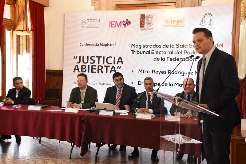 """Esta mañana se realizó en Morelia la conferencia magistral """"Justicia Abierta"""", que estuvo a cargo de los magistrados de la Sala Superior del Tribunal Electoral del Poder Judicial de la Federación, Reyes Rodríguez Mondragón y Felipe de la Mata Pizaña"""