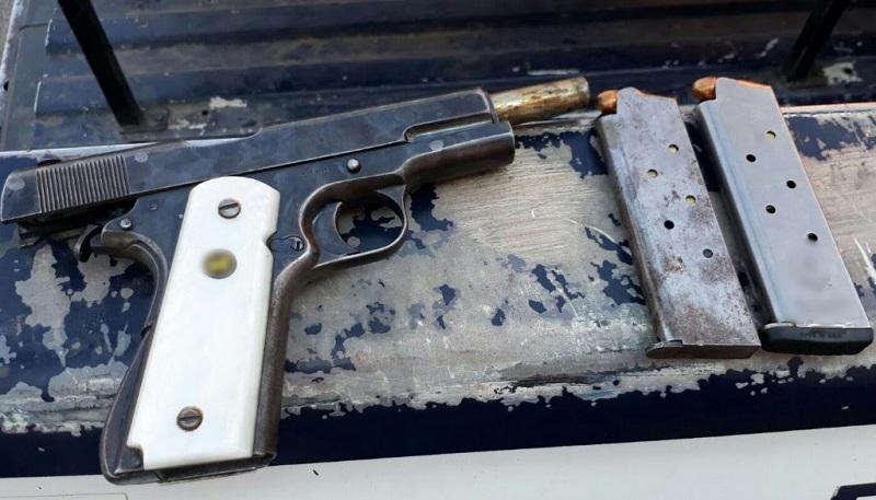 Los vehículos, droga, armas de fuego, cargadores, cartuchos, madera, cápsulas y herramientas fueron puestos a disposición de la autoridad competente