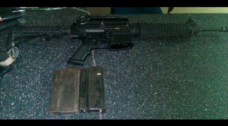 Al repeler la agresión, los elementos de la Policía Michoacán detuvieron a Joel H., con un arma larga calibre 7.62 con tres cargadores y 62 cartuchos útiles; otro de los agresores falleció